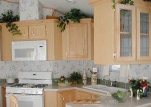 цветы на кухонных шкафах
